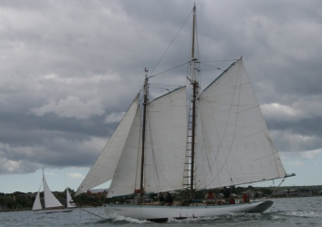 Sailing away, old(er) rig with a topmast.
